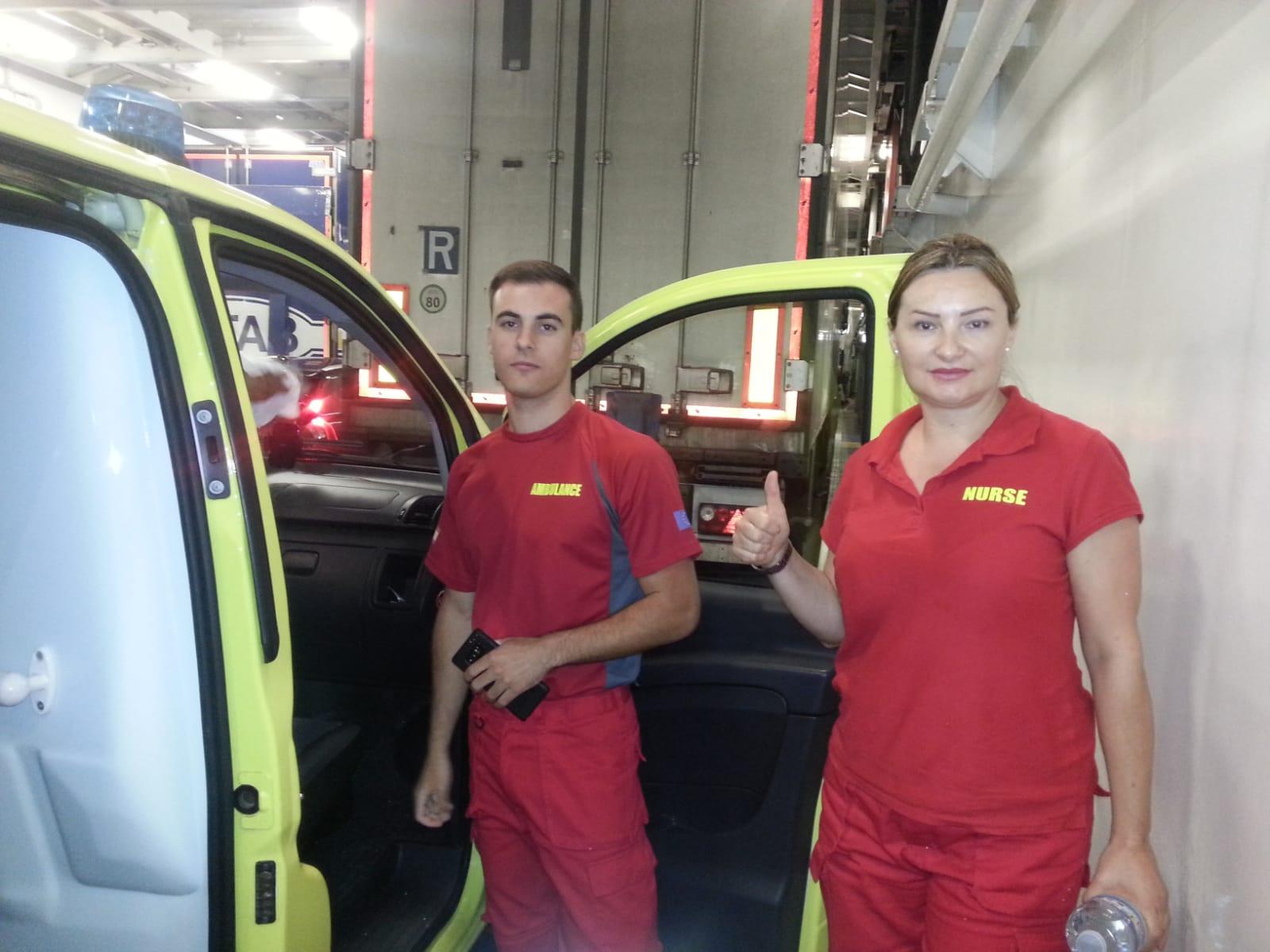 Personnel ambulancier dans les nouveaux uniformes.